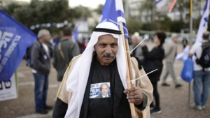 Un arabo israeliano ad una manifestazione a sostegno del Likud di Netanyahu