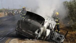 Un'auto israeliana colpita da molotov palestinesi (foto d'archivio)