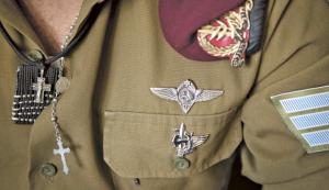 Simboli cristiani sulla divisa di un soldato delle Forze di Difesa israeliane