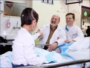 Il piccolo K., 6 anni, siriano, con i due neurochirurghi israeliani del Rambam: Joseph Guilbard (a sinistra) e Sergey Abeshaus (a destra)