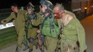 Soldati israeliani reintrano dai combattimenti contro la roccaforte di Hamas nel quartiere Shujaiyeh (Gaza, luglio 2014)