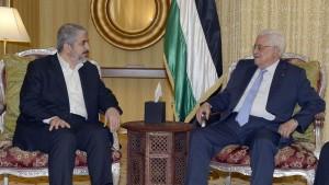 Il capo politico di Hamas Khaled Mashaal e il presidente dell'Autorità Palestinese Mahmoud Abbas (Abu Mazen), lo scorso 20 luglio in Qatar