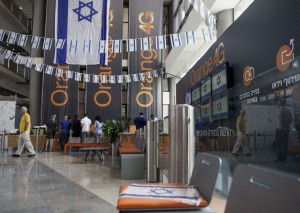 "Bandiere israeliane all'interno degli uffici della ""Partner Orange"" Communications Company, giovedì a Rosh Ha'ayin"