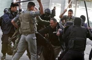Polizia dell'Autorità Palestinese in azione a Hebron