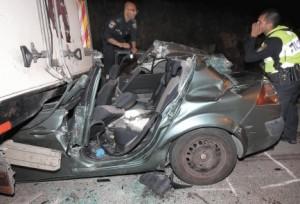 L'auto in cui viaggiava Adele Biton, dopo il mortale incidente causato dai lanci di pietre palestinesi