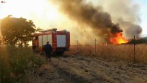 Un incendio causato dai razzi lanciati giovedì scorso dalla Siria su Israele