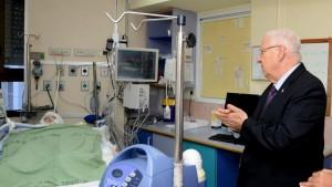 Il presidente d'Israele Reuven Rivlin venerdì scorso allo Sheba Medical Center di Tel Hashomer visita Ahmed Dawabsha, gravemente ferito nell'attentato costato la vita al suo fratellino Ali Saad.