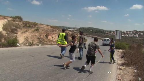 Il ragazzino palestinese fotografato mentre lancia sassi, prima d'essere bloccato dal soldato israeliano