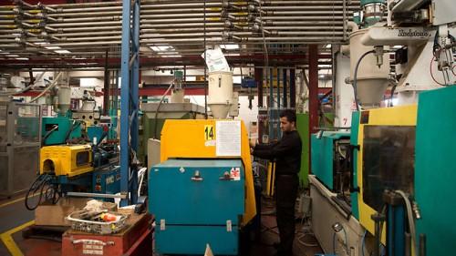 Lavoratore palestinese in una fabbrica israeliana in Cisgiordania
