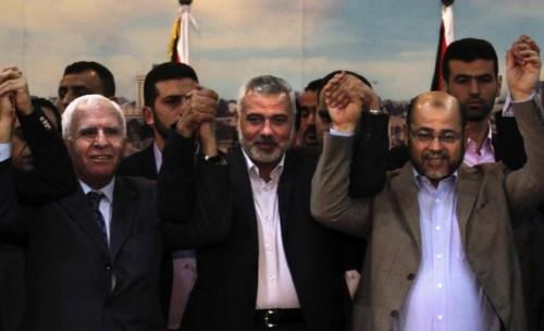 La firma ufficiale dell'ultimo (ennesimo) accordo di riconciliazione tra i rappresentanti di Fatah e Hamas (aprile 2014)