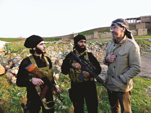 Jurgen Todenhofer con due jihadisti dell'ISIS a Mosul (Iraq)