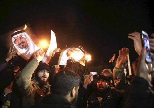 Dimostranti iraniani all'assalto dell'ambasciata saudita a Teheran