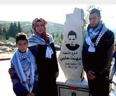 """Il villaggio di Surda-Abu Qash, nel nord della Cisgiordania, ha intitolato una strada alla memoria di Muhannad Halabi, il terrorista palestinese che lo scorso 3 ottobre è rimasto rimase ucciso nella Città Vecchia di Gerusalemme dopo che aveva ucciso Nehemiah Lavi e Aharon Banita e ferito a coltellate la moglie Adele Banita e il figlio di 2 anni. """"Questo è il minimo che possiamo fare per il martire Halabi"""" ha dichiarato il sindaco di Surda-Abu Qash, Muhammad Hussein (come sempre, il cippo celebrativo corrisponde a una mappa della Palestina che prevede la cancellazione di israele dalla carta geografica)"""