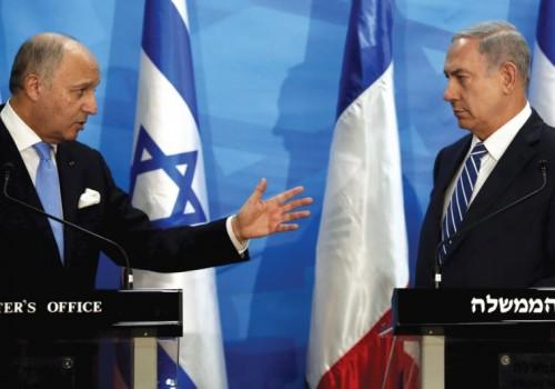 Il ministro degli esteri francese Laurent Fabius lo scorso giugno a Gerusalemme con il primo ministro israeliano Benjamin Netanyahu
