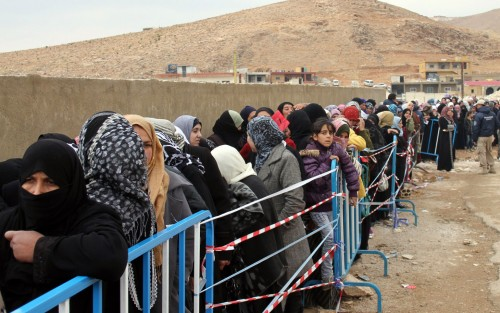 Profughi siriani in attesa di registrazione presso la città libanese di Arsal