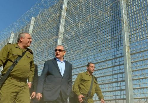 Il primo ministro israeliano Benjamin Netanyahu in visita martedì alla nuova barriera difensiva eretta al confine con la Giordania nella valle di 'Arava