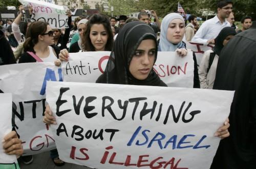 """Manifestazione per il boicottaggio accademico di Israele in un campus Americano. Sul cartello """"Tutto è illegale"""""""