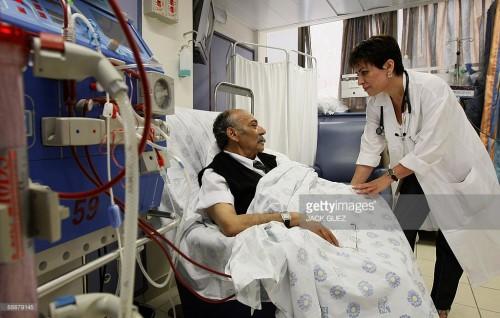 La dottoressa arabo-israeliana Suheir Assady (a destra), primaria di Nefrologia all'ospedale Rambam di Haifa, parla con un suo paziente in dialisi