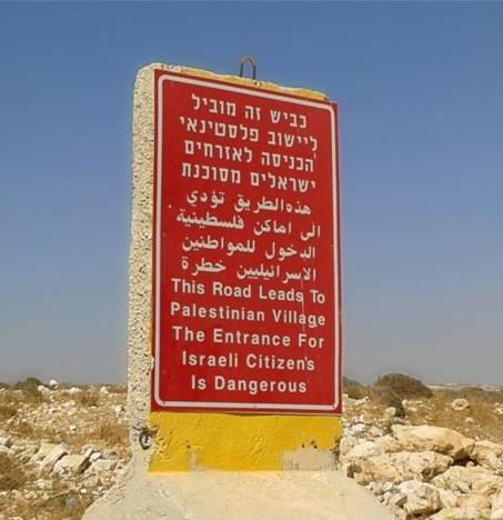 """""""Questa strada conduce ad un villaggio palestinese. L'ingresso per i cittadini israeliani è pericoloso"""""""