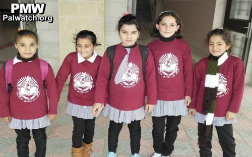 """Sull'uniforme di una scuola elementare femminile dell'Autorità Palestinese a Hebron intitolata alla terrorista Dalal Mughrabi, la mappa della """"Palestina"""": Israele è cancellato dalla carta geografica"""