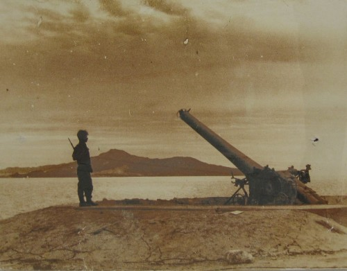 1956: soldato israeliano presso uno dei cannoni usati dall'Egitto per imporre il blocco navale negli stretti di Tiran