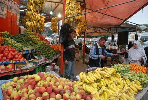 Una bancarella della frutta a Gaza