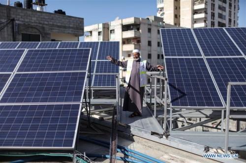 Nuovi pannelli solari su un tetto di Gaza