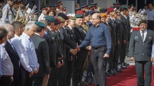 Il dimissionario ministro della difesa Moshe Ya'alon mentre si congeda, domenica, dai suoi collaboratori