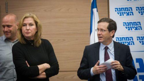 Il leader dell'opposizione laburista Isaac Herzog con Tzipi Livni, leader di HaTnuà, durante una riunione domenica del gruppo parlamentare di Unione Sionista