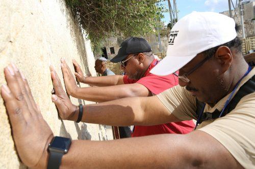 """Leader comunitari della National Baptist Convention of America in visita al Muro Occidentale (""""del Pianto"""") a Gerusalemme"""