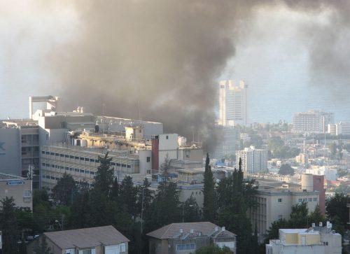 Agosto 2006, razzi Katyusha di Hezbollah si abbattono su Haifa, nei pressi dell'ospedale Bnei-Zion