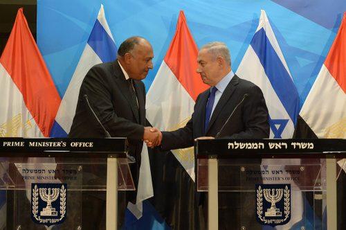 10 luglio 2016: il ministro degli esteri egiziano Sameh Shoukry con il primo ministro israeliano Benjamin Netanyahu, a Gerusalemme