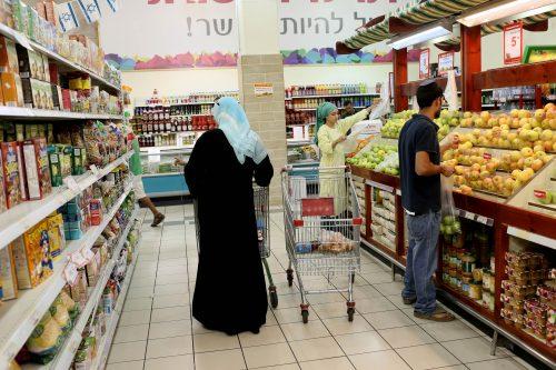 Clienti arabi ed ebrei in un supermercato Rami Levy presso Gush Etzion