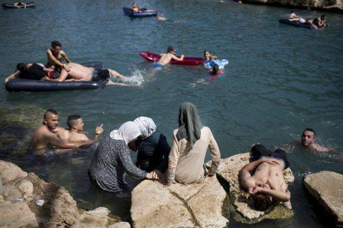 Arabi israeliani in vacanza nel parco nazionale Gan HaShlosha, presso la città di Beit Shean, nel nord di Israele
