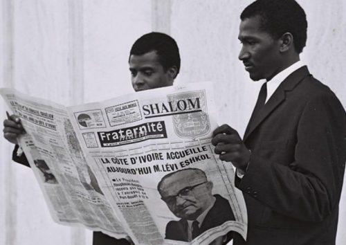 Maggio 1966: abitanti della Costa d'Avorio leggono la notizia della visita del primo ministro israeliano Levi Eshkol