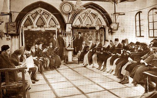 1893: ebrei in preghiera nella sinagoga Ben Zakai, a Gerusalemme