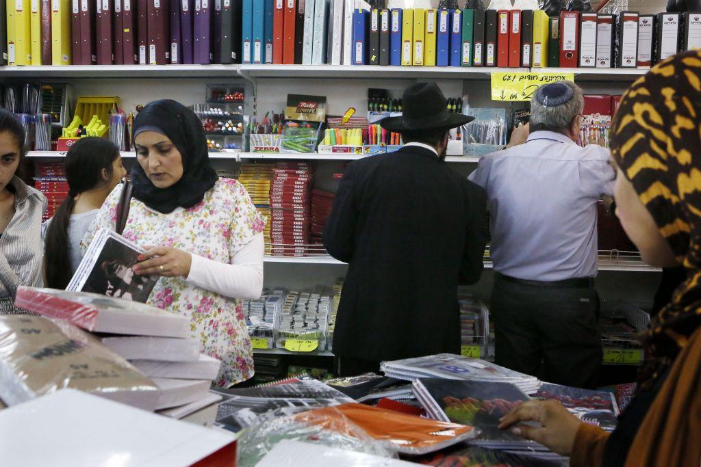 Medio Oriente, migliaia di palestinesi al confine tra Gaza e Israele
