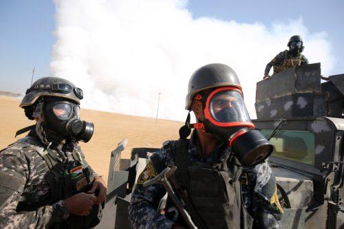 22 ottobre: forze irachene con maschere anti-gas schierate a Qayyarah, a sud di Mosul