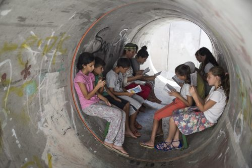 Civili israeliani in un rifugio durante un attacco di razzi da oltre confine