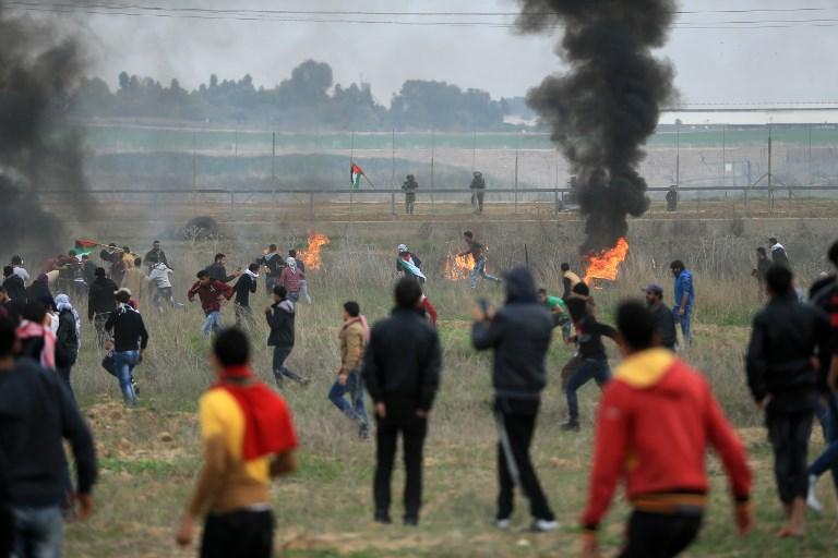 Gli spari dei cecchini contro i palestinesi, senza armi, a Gaza